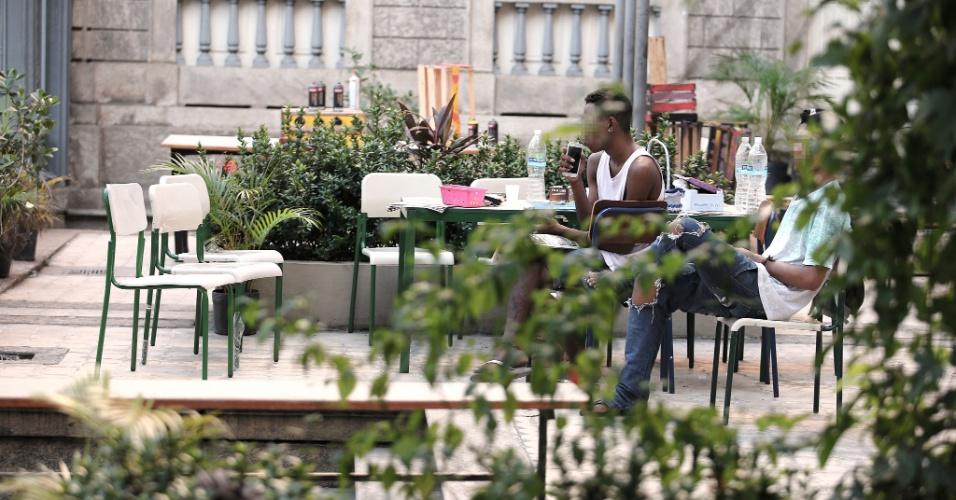 20.abr.2016 - Estudantes conversam na recepção improvisada na entrada do Colégio Estadual Amaro Cavalcanti, na zona sul do Rio. Os alunos produziram crachás para os visitantes da ocupação