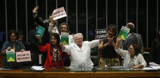 A deputada Luiza Erundina (PSOL-SP), ao centro, protesta contra criação de comissão específica sobre os direitos da mulher