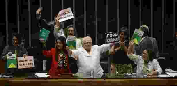 A deputada Luiza Erundina (PSOL-SP), ao centro, protesta contra criação de comissão específica sobre os direitos da mulher - Alan Marques/Folhapress
