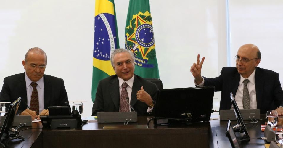 16.mai.2016 - Os ministros Eliseu Padilha (Casa Civil, à esquerda) e Henrique Meirelles (Fazenda, à direita) participam, junto com o presidente interino Michel Temer, de reunião com representantes de centrais sindicais