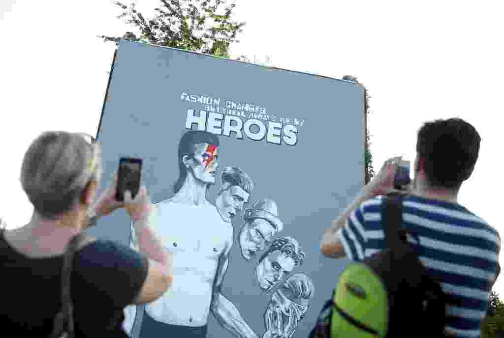 28.mia.2016 - Um grupo de artistas pintou um mural em homenagem ao cantor britânico David Bowie em Sarajevo, na Bósnia e Herzegovina, neste sábado, para comemorar o trabalho humanitário do músico durante a guerra da Bósnia - Dado Ruvic/Reuters