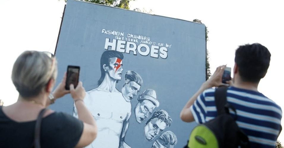 28.mia.2016 - Um grupo de artistas pintou um mural em homenagem ao cantor britânico David Bowie em Sarajevo, na Bósnia e Herzegovina, neste sábado, para comemorar o trabalho humanitário do músico durante a guerra da Bósnia