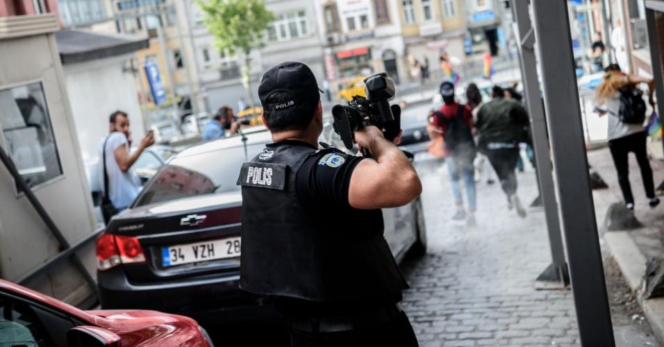 """19.jun.2016 - Polícia turca usa bala de borracha e gás lacrimogênio para dispersar marcha do """"Orgulho Gay"""", realizada em Istambul, em pleno Ramadã"""
