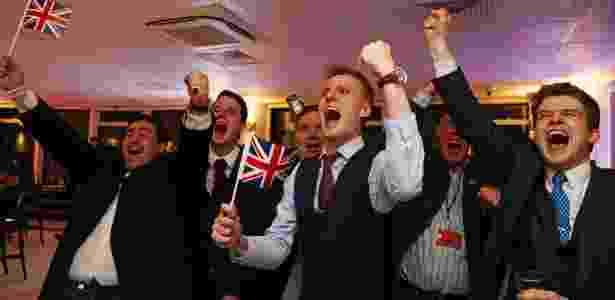 Partidários da saída do Reino Unido da UE comemoram o resultado do plebiscito - Geoff Caddick/AFP