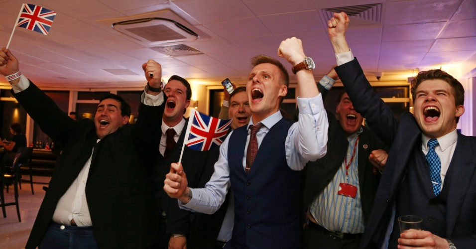 24.jun.2016 - Partidários da saída do Reino Unido da União Europeia comemoram o resultado do plebiscito no centro de Londres. O processo ainda precisa passar pelo Parlamento, mas um veto pelos legisladores é considerado suicídio político