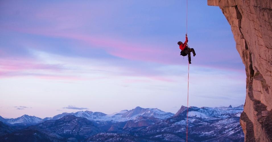 15.ago.2016 - Um alpinista escala o Half Dome no Parque Nacional de Yosemite (EUA). Essa formação rochosa é conhecida entre os alpinistas pela face noroeste, que tem 600 m de altura e demora dias para ser completada