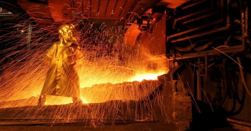 8.set.2016 - Operário usa roupa protetora enquanto realiza a separação do níquel de outros metais em fábrica em Sorowako, na Indonésia