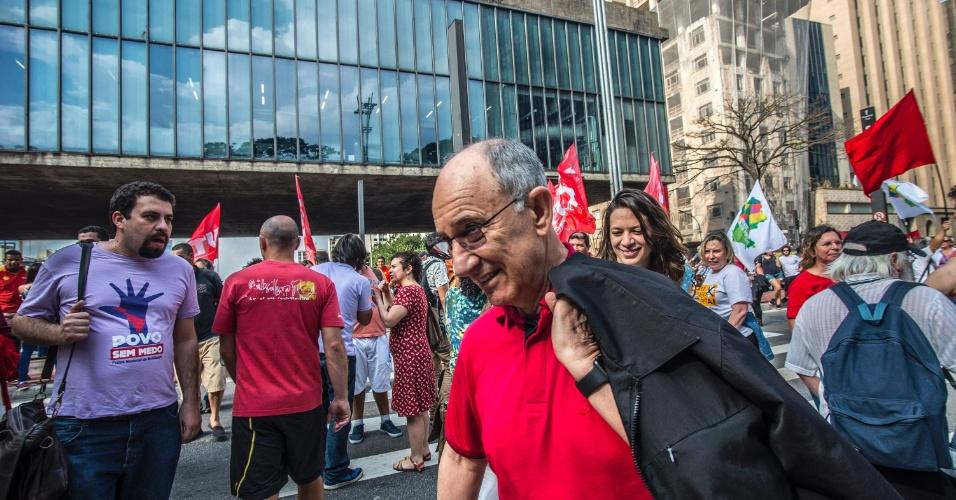 11.set.2016 - O presidente do PT, Rui Falcão, participou do protesto contra o presidente Michel Temer (PMDB) neste domingo (11) em São Paulo