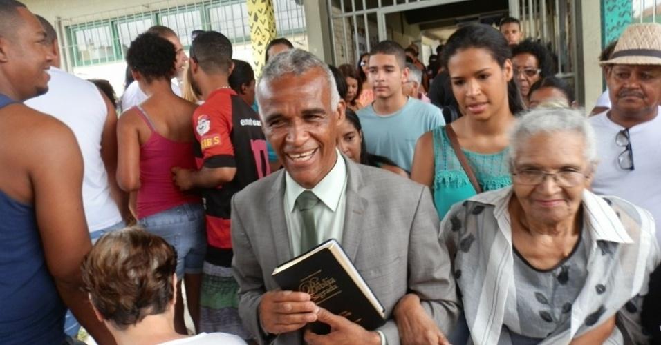 2.out.2016 - Pastor Sargento Isidório (PDT), candidato à prefeitura de Salvador, vota durante o 1º turno das eleições