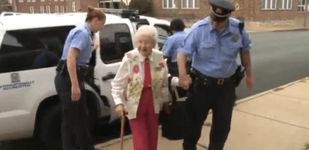 É ou não é fofinha a dona Edie?!? Ela andou no carro da polícia e sentiu-se realizada