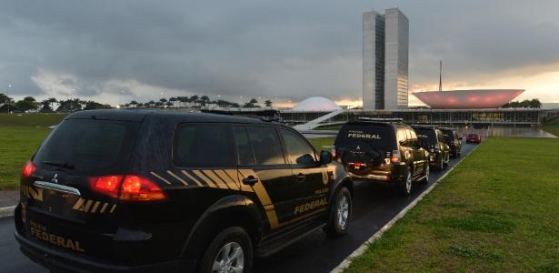 Carros da Polícia Federal durante operação no Senado