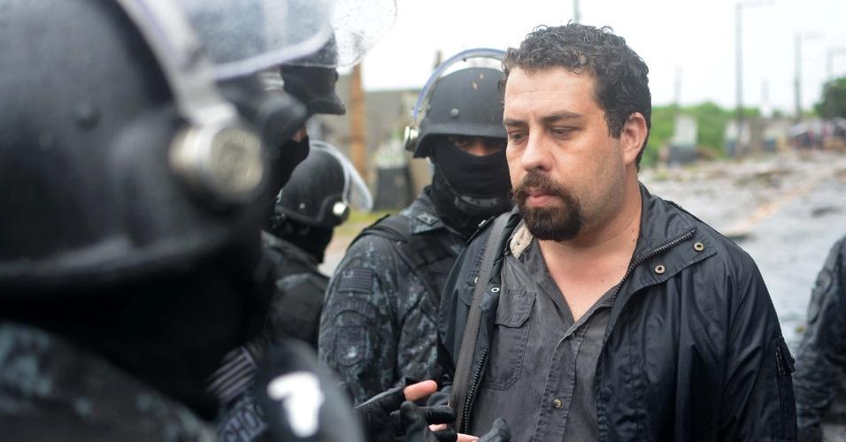 17.jan.2017 - Guilherme Boulos, coordenador nacional do MTST (Movimento dos Trabalhadores Sem-Teto), é detido durante ação de reintegração de posse em terreno em São Mateus, na zona leste de São Paulo