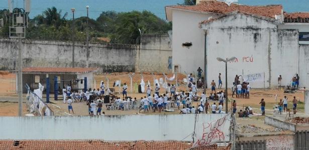 20.jan.2017 - Após seis dias de confronto, Alcaçuz está em aparente tranquilidade com realização de culto entre os detentos - Beto Macário/UOL