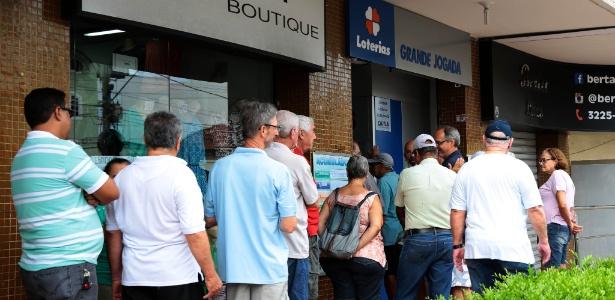 10.fev.2017 - Moradores de Vitória fazem fila em lotérica para pagar contas; bancos estão fechados
