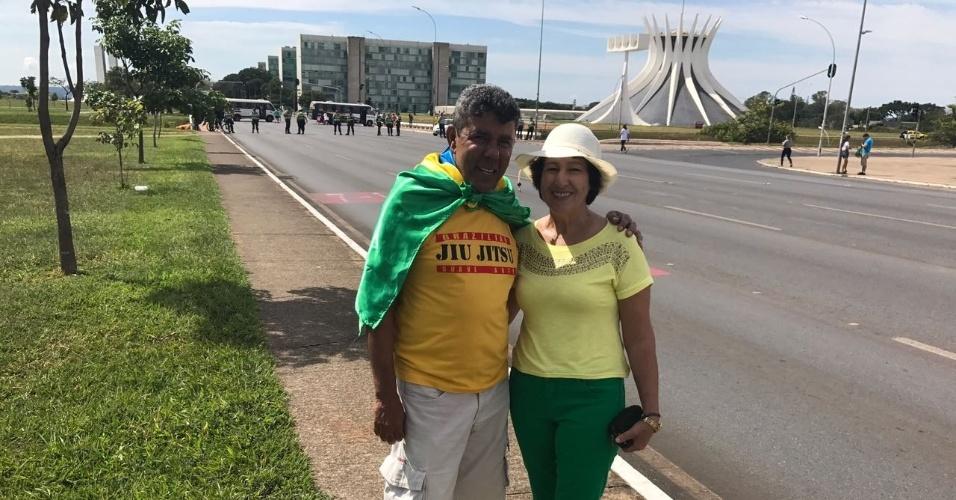 """26.mar.2017 - Aposentados, o casal Marilu Ferreira, 62, e João de Matos, 67, se vestiram de verde e amarelo para pedirem o fim da lista fechada. """"Nós achamos isso uma vergonha, sabe? Queremos votar em um candidato e não na chapa fechada. É voto livre, queremos  ter o poder de escolha"""", disse Matos"""