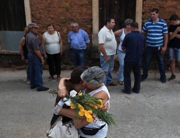 Famílias se despedem de vítimas de incêndio, em funeral em São Pedro, em Portugal