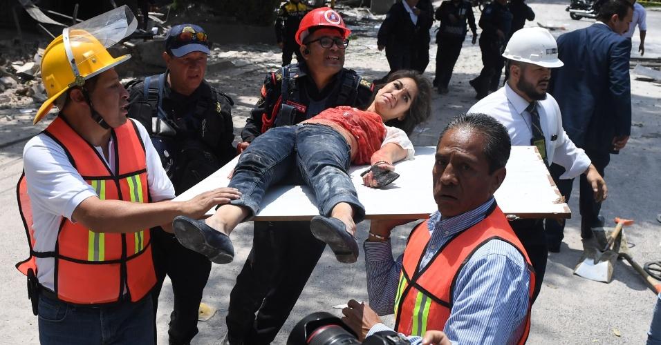 19.set.2017 - Mulher é resgatada em pedaço de tábua na Cidade do México