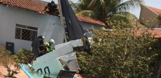 09.out.2017 - Avião de pequeno porte cai em São José do Rio Preto