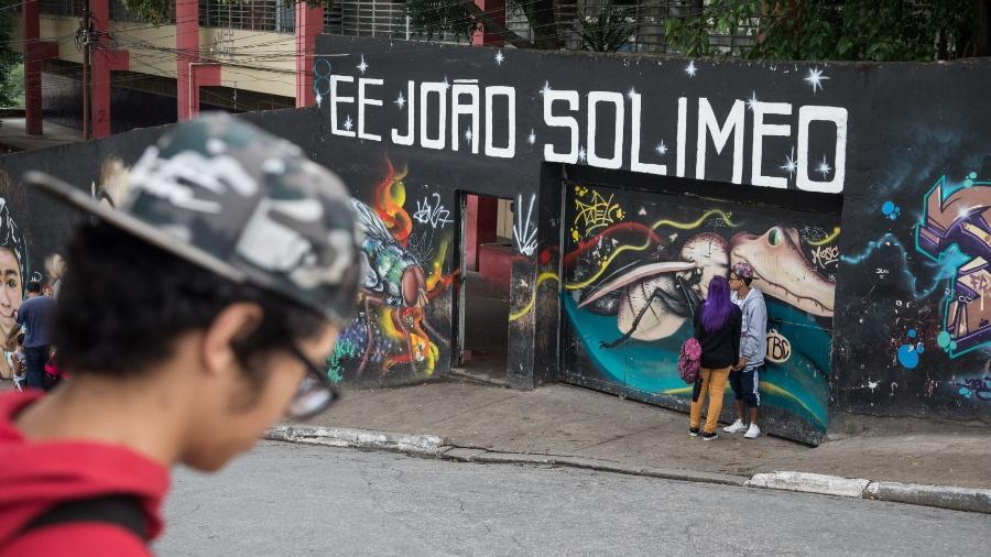 Fachada da escola estadual João Solimeo, no Jardim Maristela, região da Vila Brasilândia, periferia pobre da zona norte de São Paulo - Simon Plestenjak/UOL