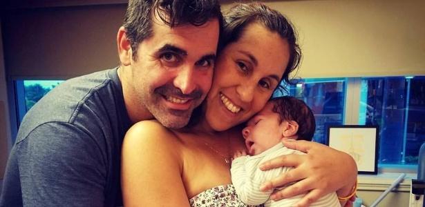 Carol Monteiro, 35, e Richard Wygand, 37, seguram Luke no colo