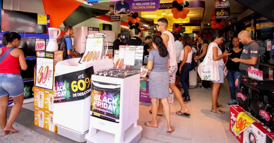 23.nov.2017 - Consumidores visitam loja durante promoções da Black Friday no centro de Recife (PE) nesta sexta-feira (24)