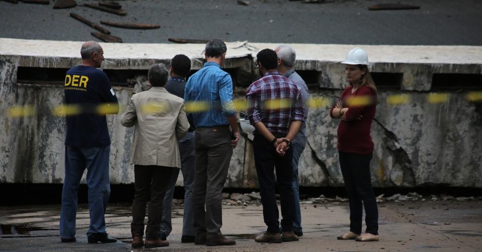 6.fev.2018 - Equipes do DER (Departamento de Estradas e Rodagens) do Distrito Federal estiveram no viaduto após o acidente