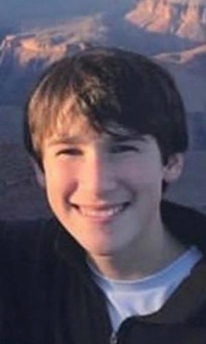 Alex Schachter, 14, tocava trombone na banda da escola e estava orgulhoso de ter ganhado o campeonato estadual no ano passado. Calouro, gostava de jogar basquete com os amigos. O irmão de Alex também estuda na escola e sobreviveu ao atirador
