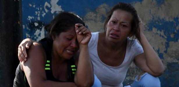 29.mar.2018 - Parentes choram em frente ao centro de detenção da Polícia Estadual de Carabobo, no norte da Venezuela, após incêndio que matou 66 homens e duas mulheres - Roman Camacho/SOPA/ZUMAPRESS