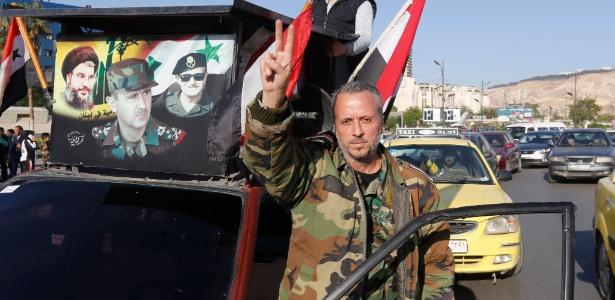 14.abr.2018 - Um sírio em trajes militares em um protesto na praça Umayyad em Damasco na manhã deste sábado (14), que condena os ataques realizados pelos Estados Unidos, Grã-Bretanha e França nesta sexta (13)