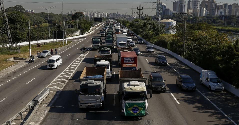 21.mai.2018 - Protesto de caminhoneiros contra aumento dos combustíveis, em São Paulo