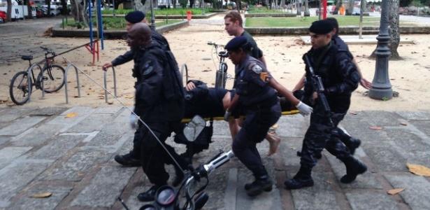 8.jun.2018 - Policiais carregam homem ferido após tiroteio na região da Praia Vermelha, no Rio - Reprodução