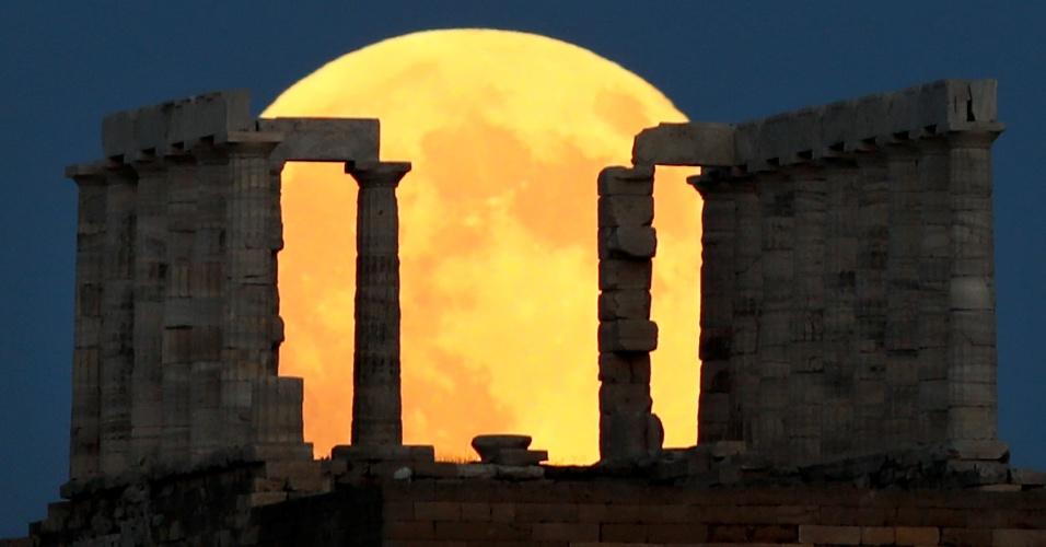 27.jul.18 - Lua de sangue atrás do templo de Poseidon, nos arredores de Atenas, na Grécia