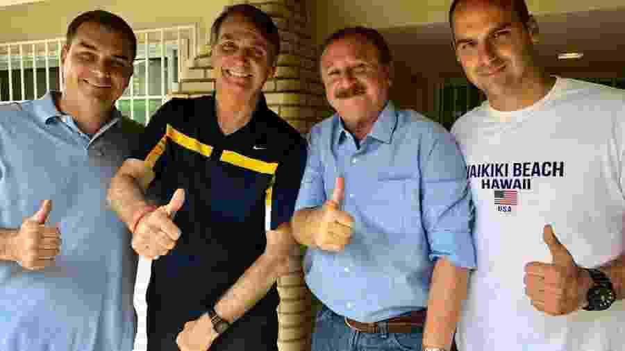 8.out.2018 - Da esq. para a dir.: Flávio Bolsonaro, Jair Bolsonaro, Luiz Nabhan Garcia e Eduardo Bolsonaro posam para foto um dia após o primeiro turno das eleições - Divulgação