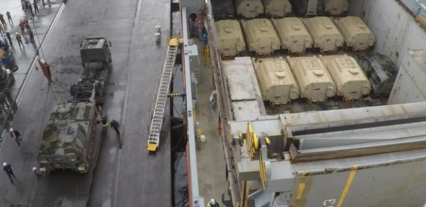 Blindados doados pelos Estados Unidos são desembarcados no porto de Paranaguá (PR)