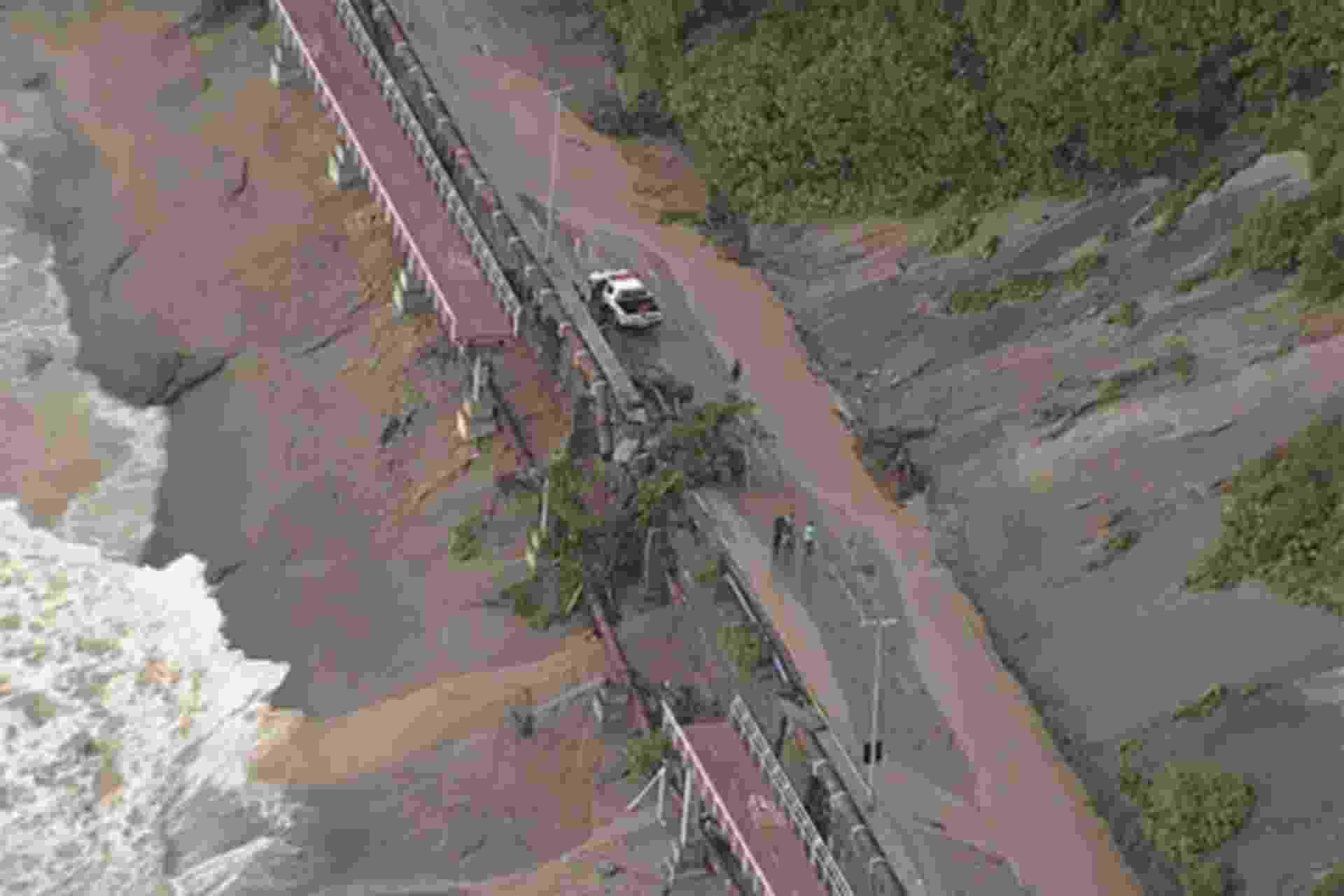 7.fev.2019 - Trecho da ciclovia Tim Maia caiu após a chuva que atingiu o Rio de Janeiro na quarta-feira (6) - Reprodução/Band