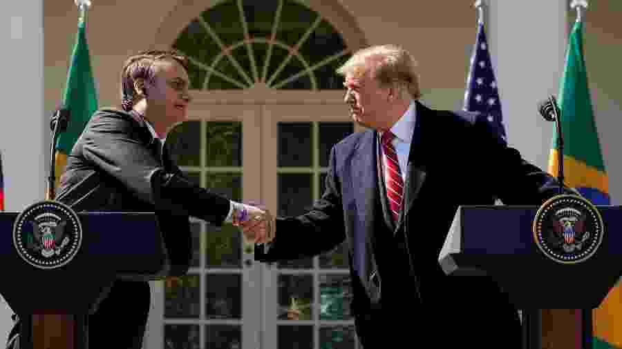 Trump e Bolsonaro se cumprimentam durante coletiva de imprensa na Casa Branca, em Washington - Reuters