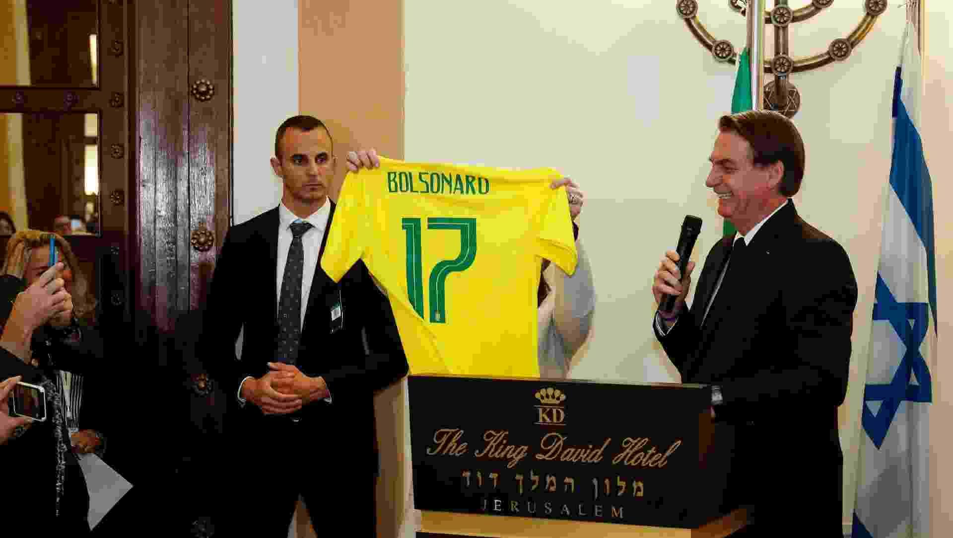 Presidente da República, Jair Bolsonaro, ganha camisa com o número de seu partido, o PSL, durante encontro com a comunidade de brasileiros estabelecida na cidade de Raanana - Alan Santos/PR