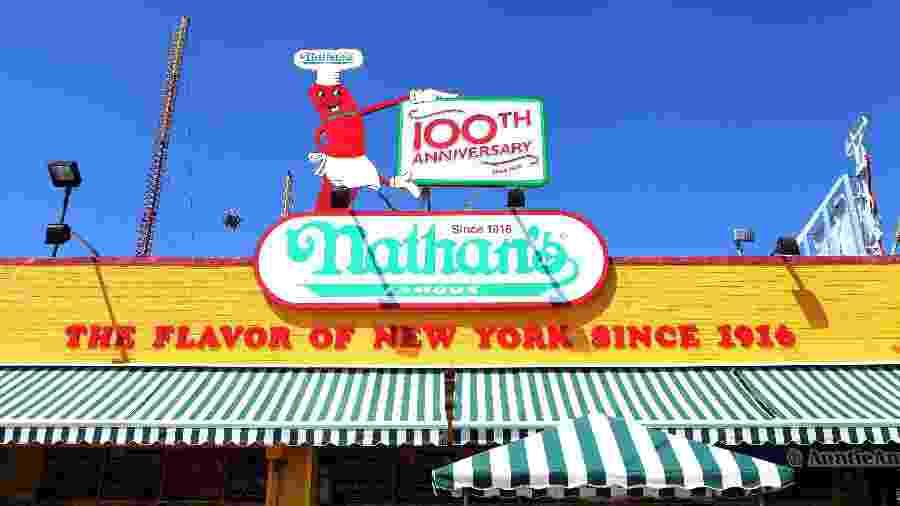 """Nathan""""s, loja de cachorros-quentes em Nova York - Raymond Boyd/Getty Images"""
