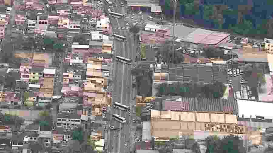 Imagens captadas pela Rede Globo mostram até cinco ônibus atravessados na rua Edgard Werneck, altura da Linha Amarela, na Cidade de Deus - Reprodução/TV Globo