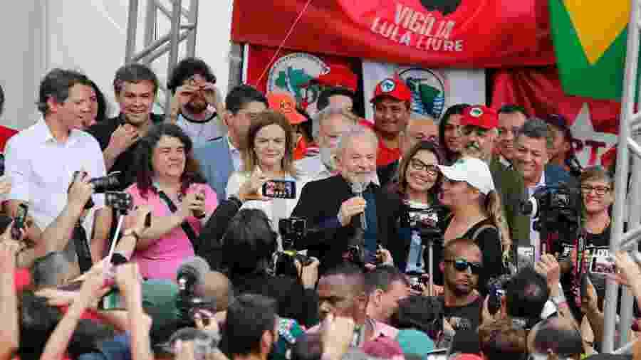 8.nov.2019 - Lula discursa para apoiadores em Curitiba após deixar a carceragem da PF -  GISELE PIMENTA/FRAMEPHOTO/ESTADÃO CONTEÚDO