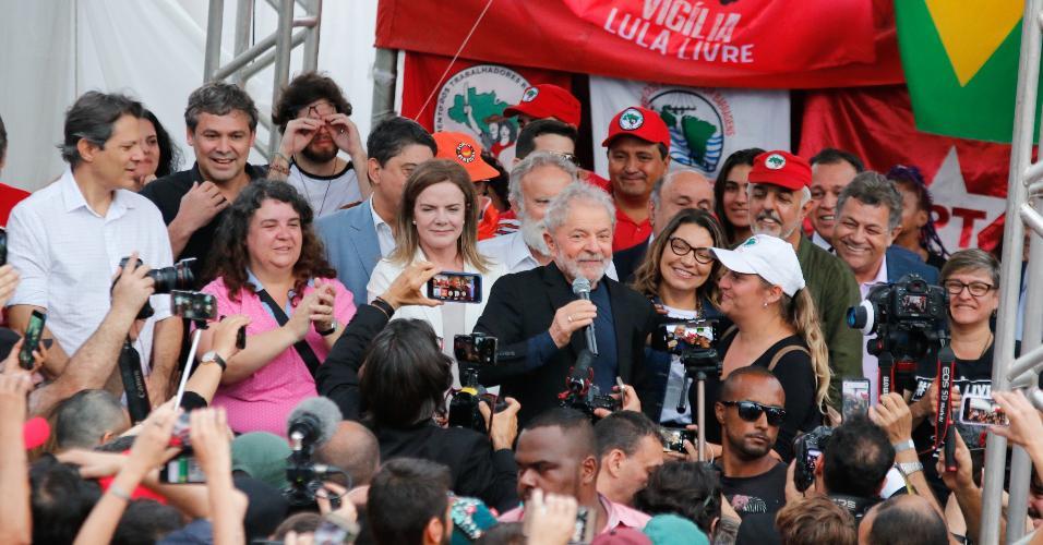 Lula discursa para apoiadores em Curitiba após deixar a carceragem da PF