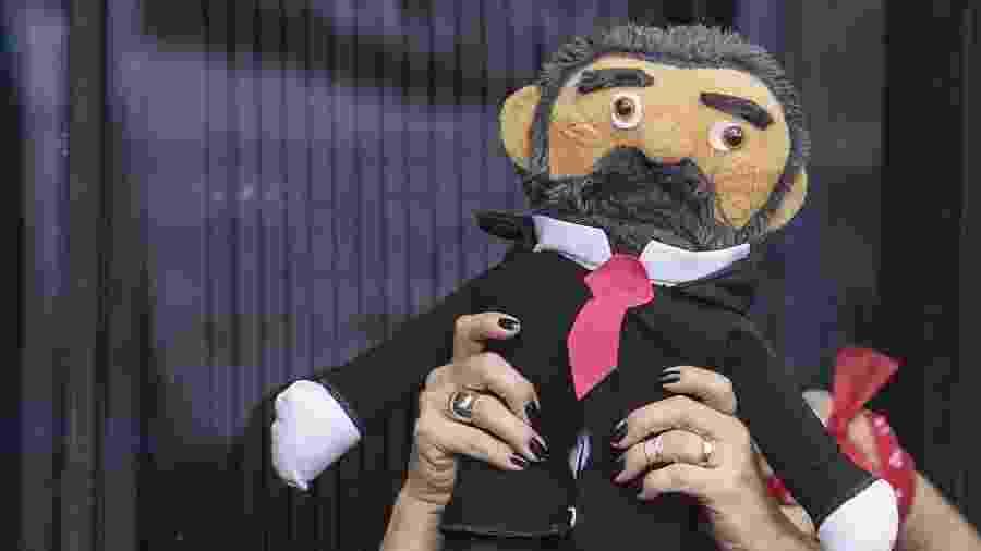 Boneco de pano Lula, vendido a R$ 50 em frente ao Sindicato dos Metalúrgicos do ABC - Eduardo Knapp/Folhapress