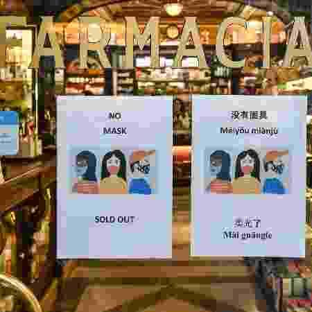 Placa em porta de farmácia, em Roma (Itália), alerta em inglês e chines que máscaras respiratórias estão esgotadas - Alberto Pizzoli/AFP