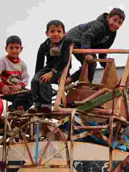Crianças no vilarejo rural Saharah, entre as províncias de Aleppo e Idlib - Ibrahim Yasouf/AFP