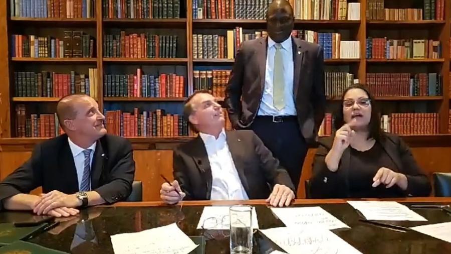 O presidente Jair Bolsonaro faz live no Facebook acompanhado de Hélio Lopes (à dir. na foto) - Reprodução/Facebook
