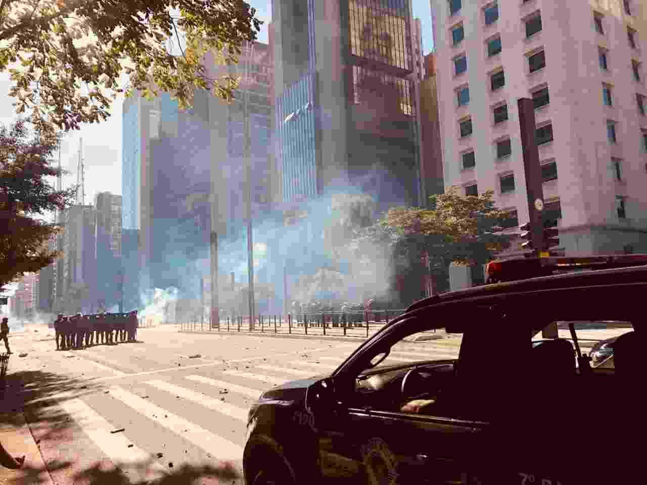 31.mai.2020 - PM (Polícia Militar) usa bombas para dispersar manifestação na avenida Paulista, em São Paulo - Aiuri Rebello/UOL