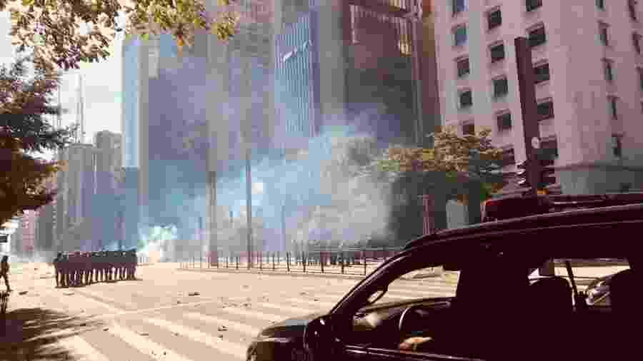 PM usa bombas para dispersar manifestação na avenida Paulista, em São Paulo (31.mai.2020) - Aiuri Rebello/UOL