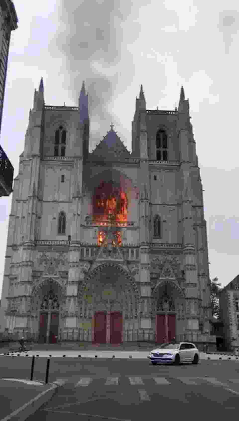 Incêndio foi controlado rapidamente, mas destruiu o grande órgão da catedral - Ludovic Stang/via REUTERS