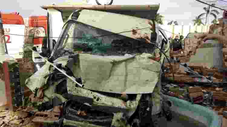 Caminhão derruba muro e cai em piscina de condomínio em Salvador 01 - Divulgação/Transalvador - Divulgação/Transalvador