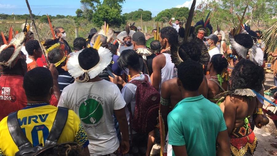 Lideranças da aldeia pataxó Novos Guerreiros se negaram a assinar notificação levada por oficial de justiça. Indígenas pataxó são notificados sobre decisão de reintegração de posse no território indígena Ponta Grande, na Bahia - Thyara Pataxó